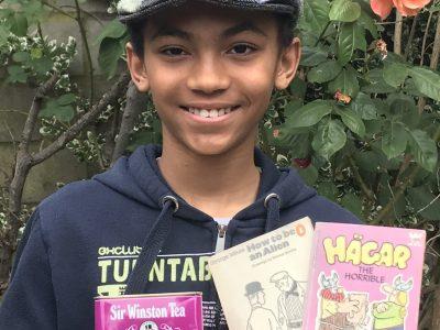 Noah aus Neuss, Marie-Curie-Gymnasium, Klasse 6d Hat viel Spaß gemacht!!! Flatcap made of Tweed, Earl Grey Tea, two books from England, Roses