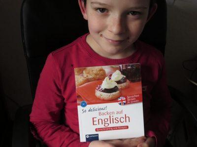 Meine Schule ist die ESS Schule in Erfurt. das Bild ist von mir und meinem Backbuch in Englisch für Anfänger , damit kann an leckere Shortbreads backen zum Teatime...das Buch ist toll. es zeigt mir die englische Küche in Englisch, also LERNEN mit SPASS.