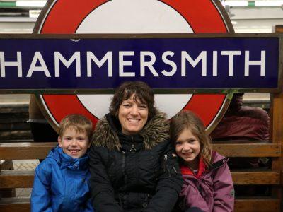 Hallo bin am Erasmus von Rotterdam Gymnasium in Viersen, Auf diesem Foto sieht man mich an der U-Bahn Haltestelle Hammersmith mit meiner Mutter und meiner Schwester. Wir waren in London,weil wir meinen Vater dort besucht hatten.
