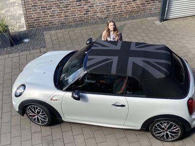"""Geldern, Lise-Meitner-Gymnasium  """"früher typisch englisches Fahrzeug, heute weltweit geliebtes Auto."""" Bei unserm Mini mußte der Union Jack aufs Verdeck."""