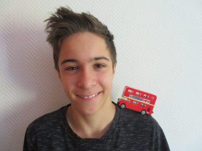 Moin, meine Stadt ist Hamburg und meine Schule heißt Stadtteilschule Oldenfelde. England ist berühmt für seine roten Doppeldeckerbusse.  bye Ole