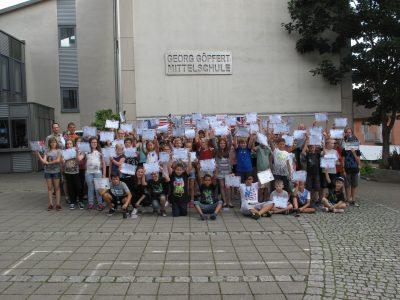 Schülerinnen und Schüler der Georg-Göpfert-Mittelschule in Eltmann freuen sich über ihre Diplomas und Preise.