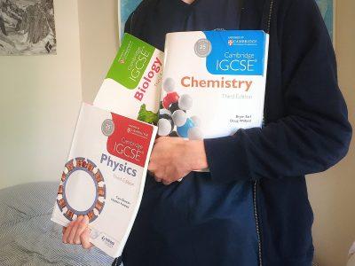 Lysandre Mueller, Potsdam Meine Cambridge IGCSE Naturwissenschaften Bücher. Mich interessieren Naturwissenschaften sehr fiel, darum habe ich meine Kusine, die ein IGCSE und IB Diploma macht, gefragt ob ich ihre alten Naturwissenschaft Bücher haben kann. Die Bücher sind aus Cambridge und auf English, ich benutze sie oft und übe dadurch auch mein English.