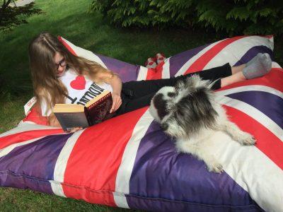 Hechingen Realschule Hechingen  Anna Bahlinger mit ihrem Hund beim Lesen von Harry Potter (in Englisch)