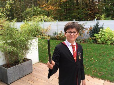 Planegg     Feodor - Lynen - Gymnasium  Mein Hogwarts - Gymnasium ist in den Pfingstferien leider geschlossen, deswegen verbringe ich diese Zeit bei der Familie meines besten Freundes Ron Weasley. Und da ich hier von vielen tollen Pflanzen umgeben bin, die ich gerne fotografieren würde, würde ich mich sehr freuen, eine Sportkamera zu gewinnen.  Liebe Grüße, Harry Potter