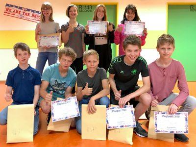 Foto von der Siegerehrung des gesamten Jahrgangs 6 des Gymnasiums Taunusstein (Hessen) - die besten 9 Platzierungen, Platz 1, die Schülerin Ekaterina, war leider krank