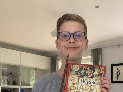 Bremen  Herrmann Böse Gymnasium Ich schicke Euch ein Bild mit meinem Lieblingsbuch und dem Zauberstab von Harry Potter, den habe ich im Hogwarts Express gekauft . Lg Klas