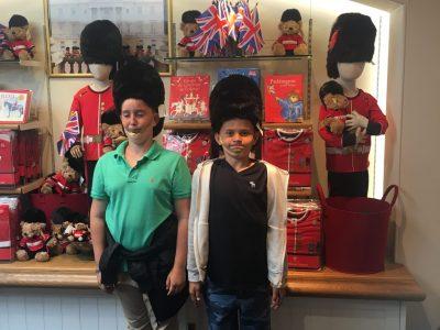 Gersthofen, Paul Klee Gymnasium   Ich (auf dem Foto rechts) und mein Bruder Max halten in London Wache!!!