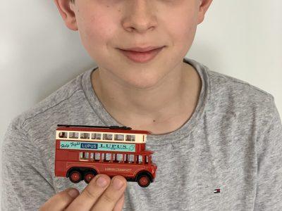 Mannheim - Feudenheim Gymnasium - Den Bus hat mein Papa mir aus London mitgebracht, als er dort war.