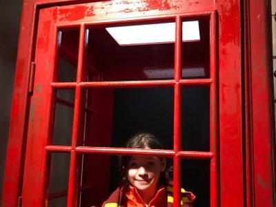 Haltern, Joseph-König-Gymnasium: Alva in einer Londoner Telefonzelle. (Obwohl die Generation die Funktion dieser Dinger gar nicht mehr kennt...)