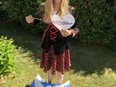 """Kerpen, Jana Ruske (Realschule Mater Salvatoris, Horrem)  Hier ein Bild von mir mit einem meiner (bisherigen) Lieblingsländer - Großbritannien!  Schottland wird im Bild besonders betont, weil meine Familie und ich letztes Jahr dort waren und dies eine unvergessliche Reise war! :) Vielen Dank an das """" The-BIG-Challenge-Team """" dafür, dass ihr uns auch in Corona-Zeiten die Big Challenge ermöglicht! :D LG und bleibt gesund Yours Jana"""