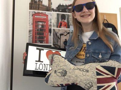 Grefrath Liebfrauenschule Mülhausen  Ich bin der größte London Fan! Auf dem Bild sieht man mich vor dem London Plakat vom letzten Jahr Big Challange. Seit der 5. Klasse nehme ich jedes Jahr an The Big Challange teil. Im Februar 2020 war ich dann das erste mal in London. Ich liebe London!!!