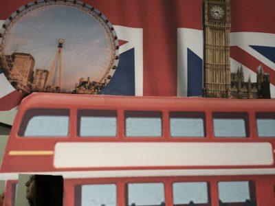 Sindelfingen; Gymnasium in den Pfarrwiesen Auf diesem Bild bin ich abgebildet, wie ich einen Londoner Bus fahre, hinter dem verschiedene Sehenswürdigkeiten Londons sind.