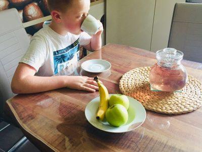 """Neustadt Wied, Wiedtal Gymnasium Mein Bild ist sehr mit dem Englischen Raum verknüpft, da Tee in England (2737 v. Chr. erfunden) sehr beliebt ist. Und der Tee den ich hier Trinke heißt """"English Breakfast Tea"""". Die Essensschale neben mir soll das gesunde Frühstück in England symbolisieren."""