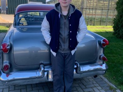 Auf dem Bild sieht man mich, Lasse Ludewigs, vor unserem amerikanischen Auto stehen, einem Oldsmobile mit dem Baujahr 1955. Er hat 330 PS und ist ziemlich cool, mein Vater ihn 2003 aus den USA nach Deutschland importiert.  Ich gehe auf das Luisengymnasium in die 8. Klasse in Bergedorf, Hamburg.