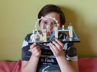 Neuss, Alexander von Humboldt Gymnasium  Auf dem Bild sehen sie ein selbst gebautes Model  aus Lego von den Sehenswürdigkeiten in London, unter anderem auch die Tower Bridge und den Big Ben. Das Model hat viel Zeit in Anspruch genommen, aber weil London meine Lieblingsstadt ist wollte ich es unbedingt bauen.