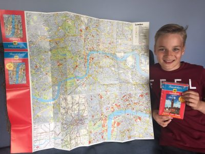 Gerhart-Hauptmann-Grundschule Grünheide  Janne mit Landkarte von London - ich war noch nie dort, möchte aber sehr gern einmal diese Stadt besuchen  - explore the City!