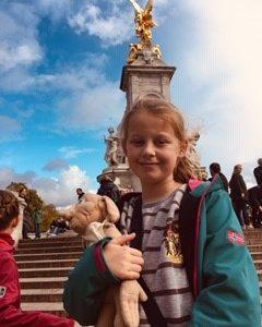 Köln, Hansa Gymnasium. Ich am Victoria Memorial Brunnen, natürlich mit Dobby da ich vorher eine Harry Potter Tour durch London gemacht habe.