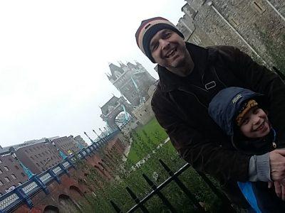Nürnberg, Sigmund-Schuckert-Gymnasium das bin ich Jonathan in der blauen Jacke und hinter mir ist mein Papa. Wir waren vor 2 Jahren in London, denn das war schon immer mein Traum, nach London zu fliegen. Das war außerdem mein erster Flug.
