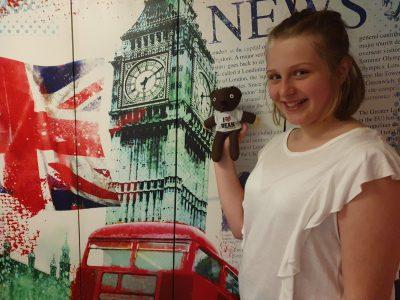 Tönisvorst  Michael-Ende-Gymnasium   Auf dem Foto stehe ich vor einer Wand mit Londoner Sehenswürdigkeiten, und in meiner Hand halte ich den Teddy von Mr. Bean, de ich mir letztes Jahr aus England mitgebracht habe.