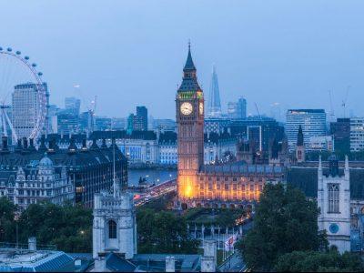 Stiftisches Humanistisches Gymnasium  auf dem bild ist London zusehen im dunkel.Man sieht das Riesenrad (London eye)  und die big ban.  Man sieht viele Häuser.