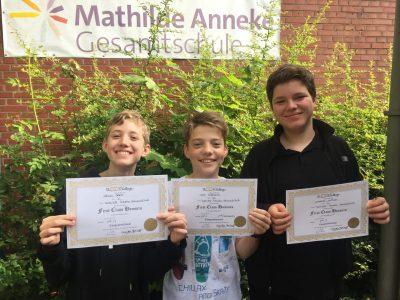 Mathilde Anneke Gesamtschule: Voller Stolz präsentieren Adrian, Carl und Leo ihre Urkunden für die ersten drei Plätze des Jahrgangs 7!