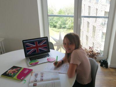 Meine Name ist Marie Zieme und ich besuche die Klasse 5e der Michaelschule in Rostock. Englisch macht mir Spaß und daher ist es mein Lieblingsfach. Auf dem Bild sieht man, mit welchen Lernbüchern/CDs ich Englisch lerne. Ich hoffe, Euch gefallt das Bild. Eure Marie (10 Jahre)