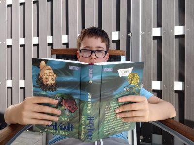 Marius vom Stromberg-Gymnasium Vaihingen a. d. Enz, liest gerne auf dem Kopf