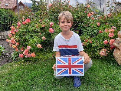Stadt Hille-Verbundschule Hille  Hier sitze ich vor einer dreifarbigen englischen Edelrose. Sie schmückt unseren halben Garten und riecht sehr toll.
