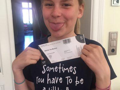 Mathilda mit ihrem Matilda-T-Shirt und der Eintrittskarte zum Musical in London letztes Jahr - behaving naughty... Stralsund - Adolph-Diesterweg-Schule