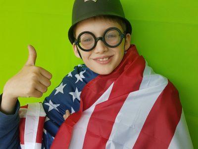 Hi, I'm Moritz and I am a crazy bobby who likes America :-)))  Hallo, ich bin Moritz (10 Jahre alt) und habe mich vor meinem neuen green screen fotografiert, weil man sonst ja meinen privaten Schreibtisch sehen kann ;-)  Ich würde mich sehr über die Kamera freuen, weil ich gerade auf eine spare. Moritz Lepping Klasse 5a (Evangelisches Gymnasium) Lippstadt