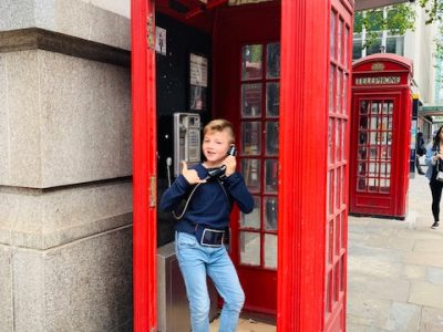 99140NBU186  Bayreuth, Richard-Wagner-Gymnasium  A phone call from London. The typical telephone box in London!