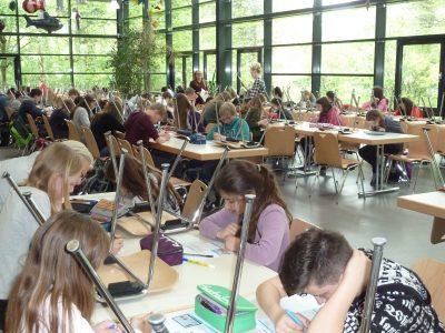 Rheda-Wiedenbrück, Osterrath-Realschule Die Schüler bei der Big Challenge in der Mensa.
