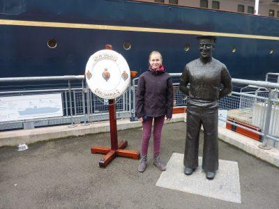 Königstein, St.-Angela Schule  Auf diesem Foto stand ich neben der Royal Yacht Britannia in Edingbugh. Auf diesem Schiff hat die Queen mal gelebt. Sie hatte es richtig gut dort.