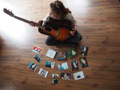 Stahnsdorf, Heinrich-Zille-Grundschule. Ich liebe die Musik und die Songtexte von Billie Eilish.  Und meine Lieblingstante lebt in Washington DC, USA. Ich liebe die englische Sprache!