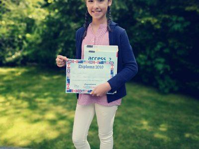 REMSCHEID - LEIBNIZ GYMNASIUM Mein Name ist Isabella Busse und ich liebe Englisch über alles.  Die Farben, die ich für mein Outfit ausgesucht habe, entsprechen der England Flagge.  Die Bücher sind aus meinem Englischkurs in der Schule und das Diploma habe ich letztes Jahr bei der Big Challenge gewonnen.  Ich bin froh an diesem Wettbewerb teilgenommen zu haben.  Liebe Grüße!