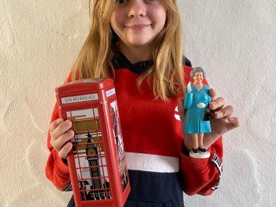 Alzenau, Edith Stein Realschule Alzenau  auf dem Foto ist einmal die Queen aus England und auf der Dose der Big Ben. Beide Dinge sind in England produziert worden!