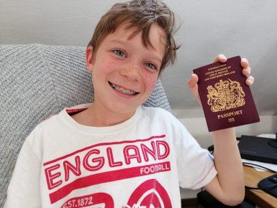 Friedberg, Augustinerschule  Weil meine Mama Engländerin ist, durfte ich nur außer Konkurrenz teilnehmen. Ich würde mich aber freuen, wenn das Bild von mir mit meinem britischen Pass nicht außer Konkurrenz läuft.