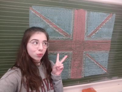 Bielefeld, Georg-Müller-Schule, Gymnasium, 9f Heyy, da man jetzt schlecht nach England fahren kann, habe ich mir England nach Deutschland geholt ;)  hier mit einem Harvard Pulli und der englischen Flagge. Bleibt gesund!