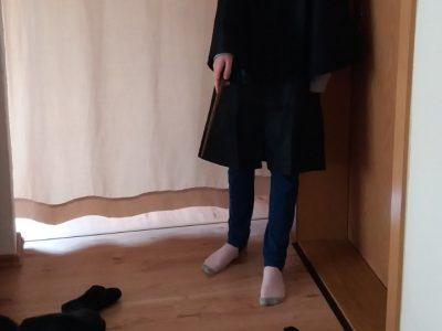 Saalfeld, Heinrich Böll Gymnasium  Auf den Bild habe ich mein Harry Potter Kostüm an und habe meinen Hund Marley verzaubert, das er sich hinlegt.