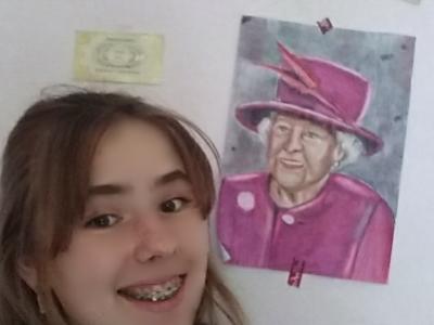 Ibbenbüren/Goethe Gymnasium Ibbenbüren  Auf dem Bild bin ich zusehen mit meinem selbstgemalten Portrait von Queen Elizabeth II und außerdem noch Postkarten von meinem Ausflug nach London(ich war dort vor ca. Einem Jahr) unteranderem waren wir an der Kings Cross Station weshalb  auch ein Ticket vom gleiß 9¾  zusehen ist. Und ich trage meinen London Pullover. (:  VG Melissa Bruma