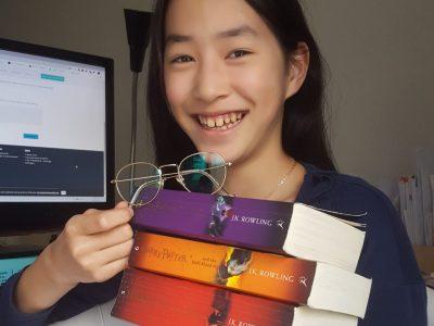 Essen, Maria-Wächtler-Schule  Ich habe die Harry Potter Serie mit mir fotografiert. Mit die Hilfe von den Büchern ist mein Englisch besser geworden. Ich freue mich schon auf die Ergebnisse!