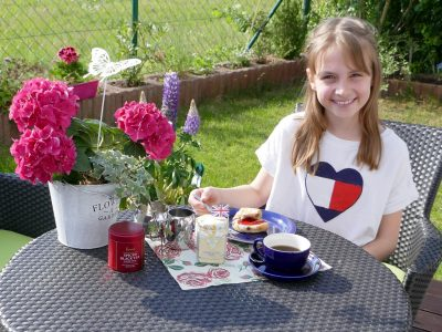 Röthenbach, Geschwister-Scholl-Gymnasium It is Tea-Time in the garden with black tea and homemade scones with traditional clotted cream and jam.