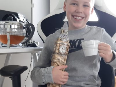 Ich komme aus Weilerswist und gehe auf die Gesamtschule.   Das Bild zeigt mich, Ben, mit dem Big Ben und einer Tasse Tee :-)  Ich würde mich sehr freuen die Kamera zu gewinnen, um damit zum Beispiel meine Saltos auf dem Trampolin aufzunehmen.  Euer Ben