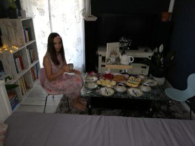 wir haben eine tee party gemacht und habe dazu noch scones und Apfelkuchen gebacken und haben weingummis gefunden ( englisches originalrezept aus dem Hause Dunhills)