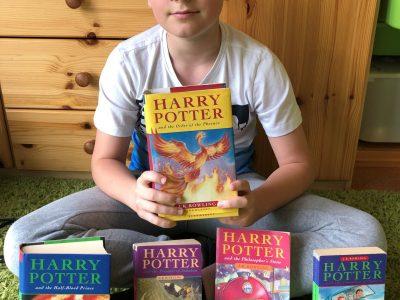 Stadt: Lauf an der Pegnitz Schule: Christoph-Jacob-Treu-Gymnasium  Mein Photo: Hier sieht man mich, mit den Bänden 1,2,3,5 und 6 von Harry Potter. Selbstverständlich ist jedes Buch in Englisch geschrieben.