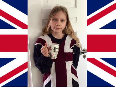 Braunschweig, IGS-Heidberg  In der Hand halte ich eine Tasse aus London und auf meinem Pullover ist der Union Jack.  Ylvi