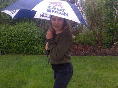 Joseph-Bernhart-Gymnasium Türkheim In meinem Bild zeige ich euch wie froh ich über den Regen bin und über meinem tollen Regenschirm mit der Britischen Bulldogge! I love to learn English!!! Mia Tröber