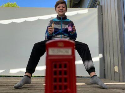 Donauwörth, Gymnasium, Bild von Raphael Pfister Englisch ist mein absolutes Lieblingsfach. Ich finde die roten englischen Telefonzellen einfach toll! In meiner Hand halte ich den Big Ben und original englische Jelly-Beans (das kann man leider nicht so gut erkennen).  Ganz lieber Gruß Raphael