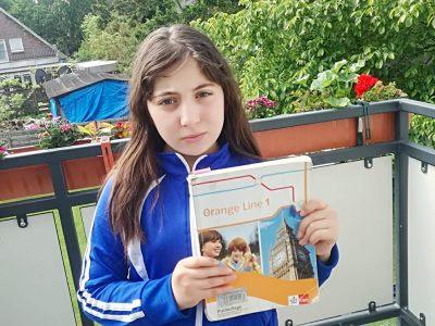 Hallo, ich heiße Ienas und gehe in die Stadtteilschule Niendorf in Eimsbüttel in Hamburg.  Englisch in der Natur zu lernen, ist es super.